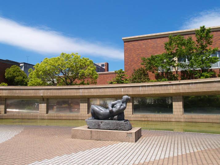 100513 米子市立図書館横のブロンズ像.jpg