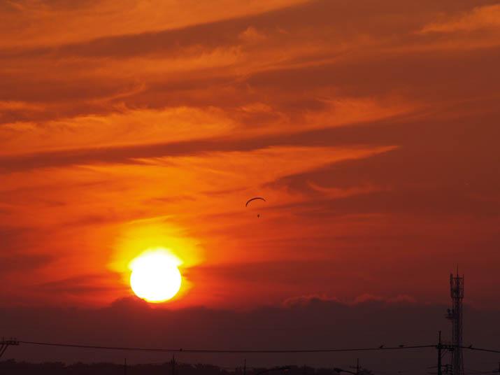 100605 夕日とモーターパラグライダー.jpg