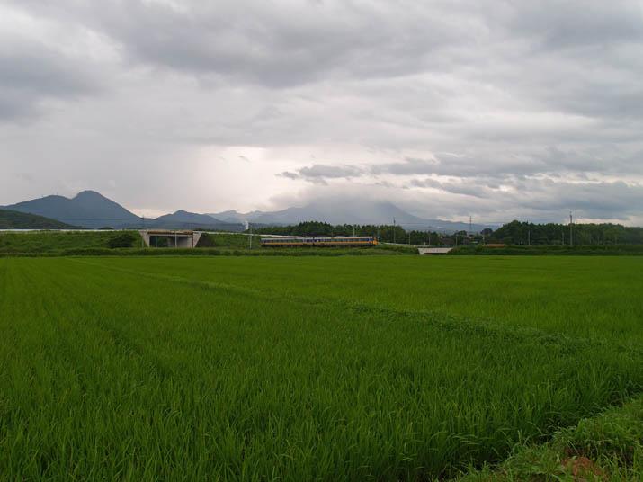 100714 大山と特急列車.jpg