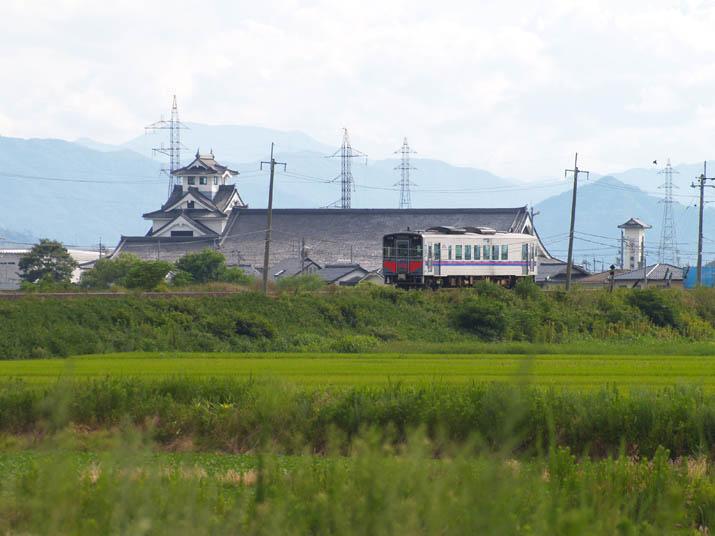 100810 列車と寿城.jpg