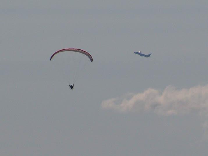 100817 モーターパラグライダーと飛行機.jpg