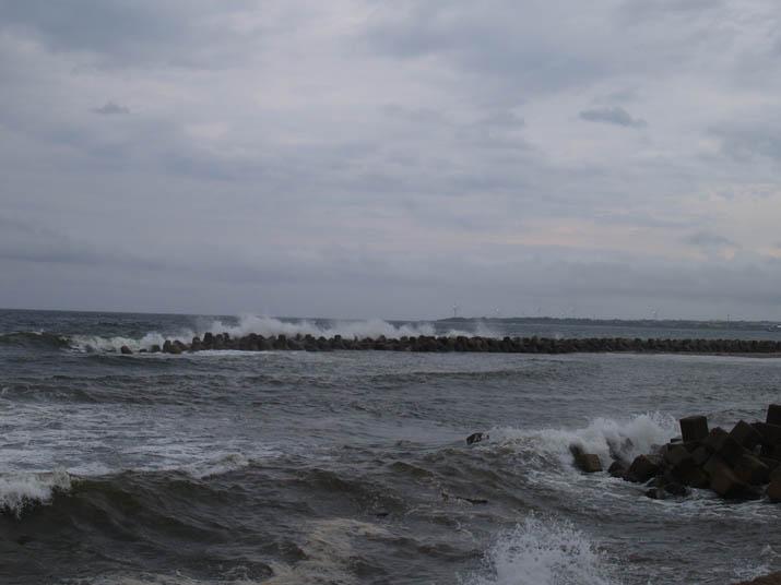 100907 波消しブロックに高い波.jpg