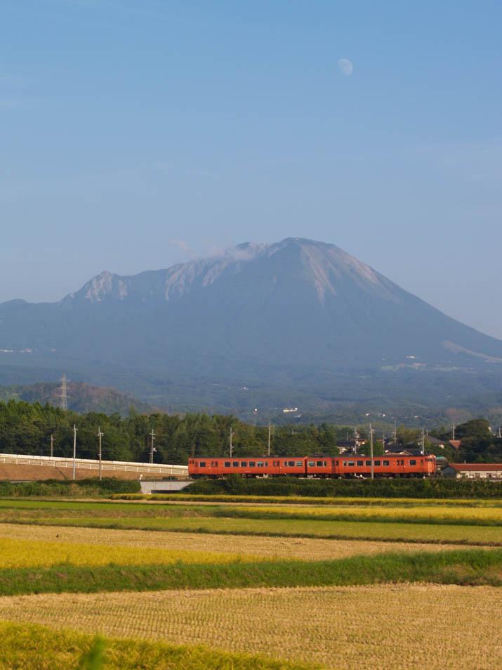 100918 大山と赤い列車.jpg