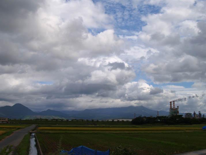 100923 雲に覆われる大山と王子製紙.jpg