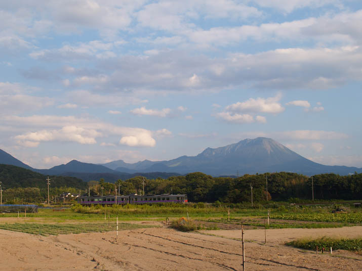101004 大山と普通列車.jpg