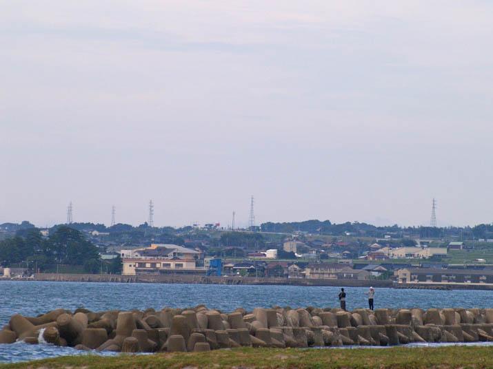 101011 海岸と釣り人.jpg