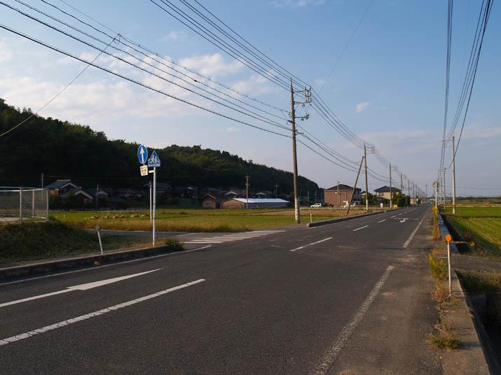 101017 壺瓶山と真っ直ぐな道.jpg