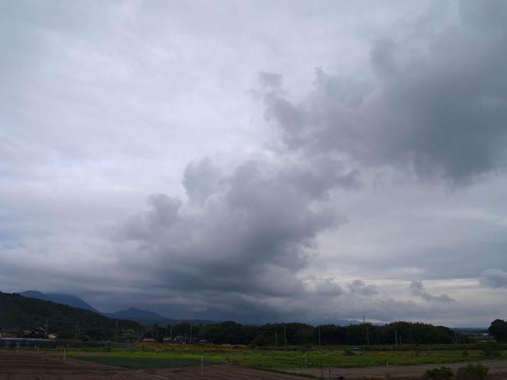 101026 雲が覆う大山.jpg