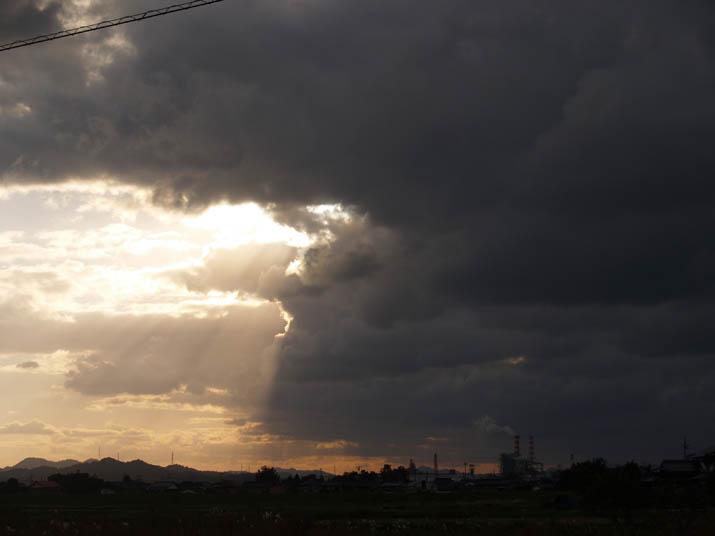 101029 厚い雲と王子製紙.jpg