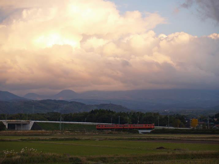 101117 雲の大山と普通列車.jpg