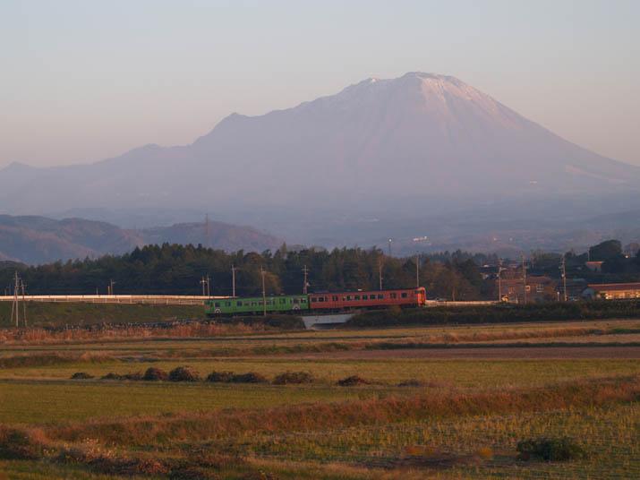 101201 大山と白ウサギ列車.jpg