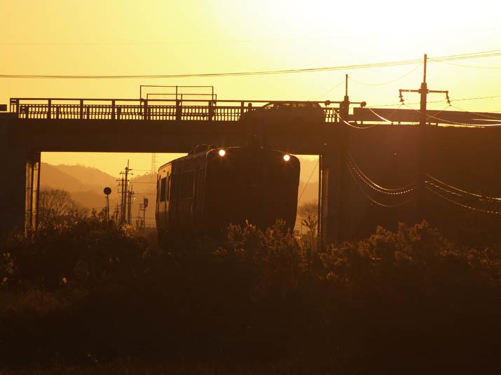 101204 オレンジ色の山陰線列車.jpg