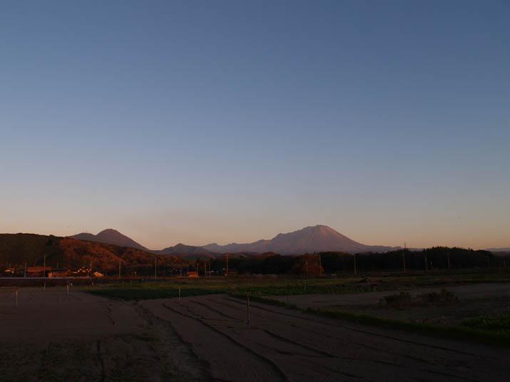 101204 晴れ渡る空と大山.jpg