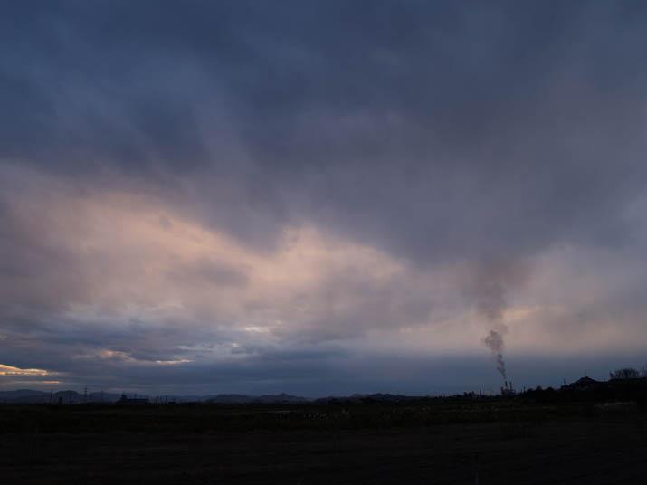101208 厚い雲と王子製紙.jpg