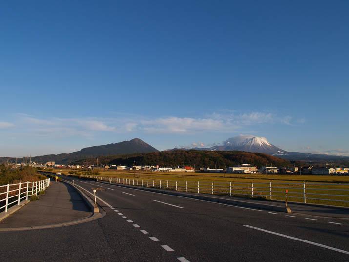 101210 海岸沿いの道路から眺める大山.jpg