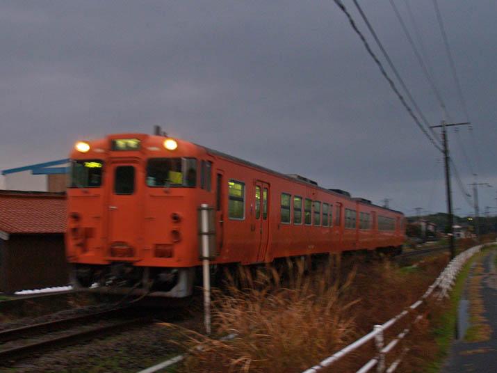 101228 鳥取行きの赤列車.jpg