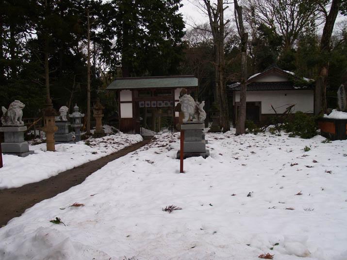 110105 三輪神社の境内.jpg