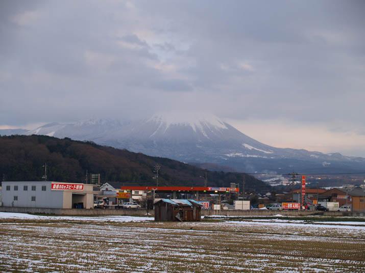 110115 エネオスと壺瓶山と大山.jpg