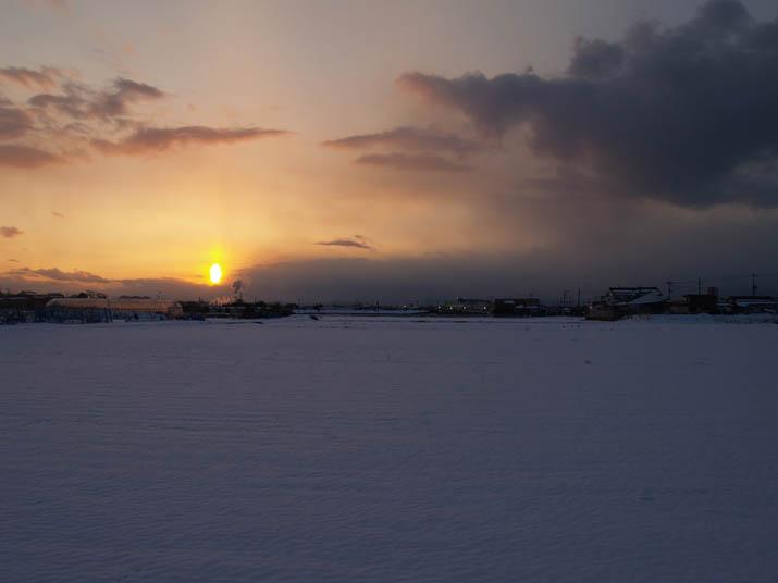 110118 夕日と雪畑.jpg