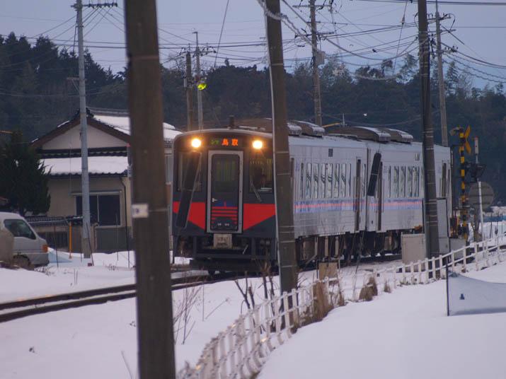 110201 迫る鳥取行き普通列車.jpg