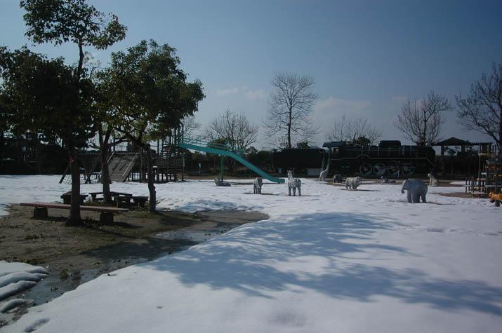 110203 雪に覆われた湊山公園.jpg