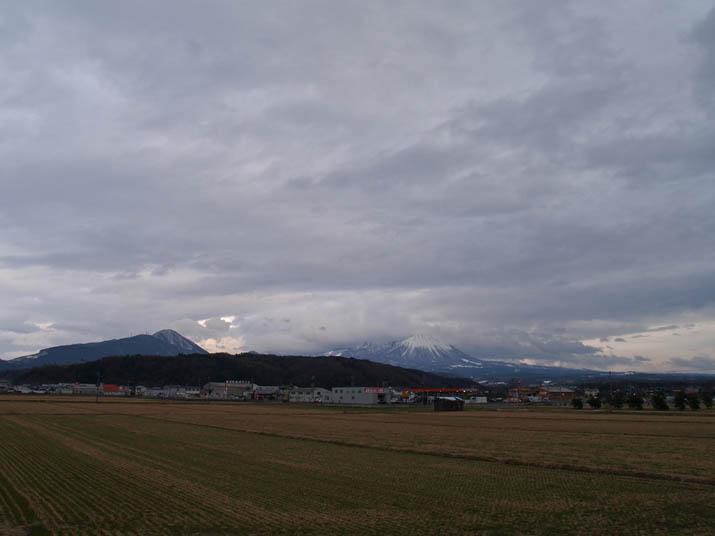 110217 雲の掛かる大山.jpg