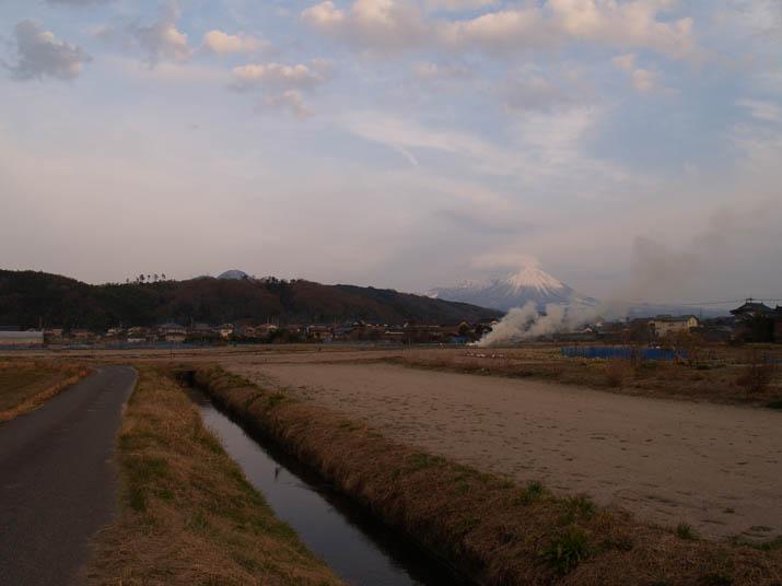 110223 大山と野焼きと.jpg