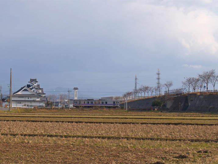 110309 寿城と普通列車.jpg