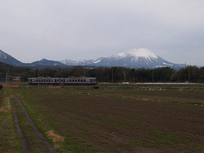 110318 大山と山陰線列車.jpg