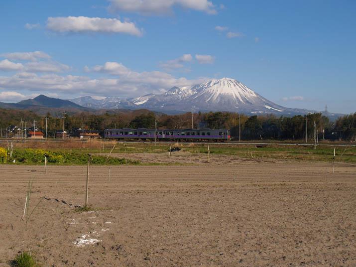 110403 大山と山陰線列車.jpg