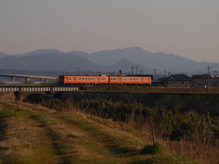 110411 オレンジ色の山陰線普通列車.jpg