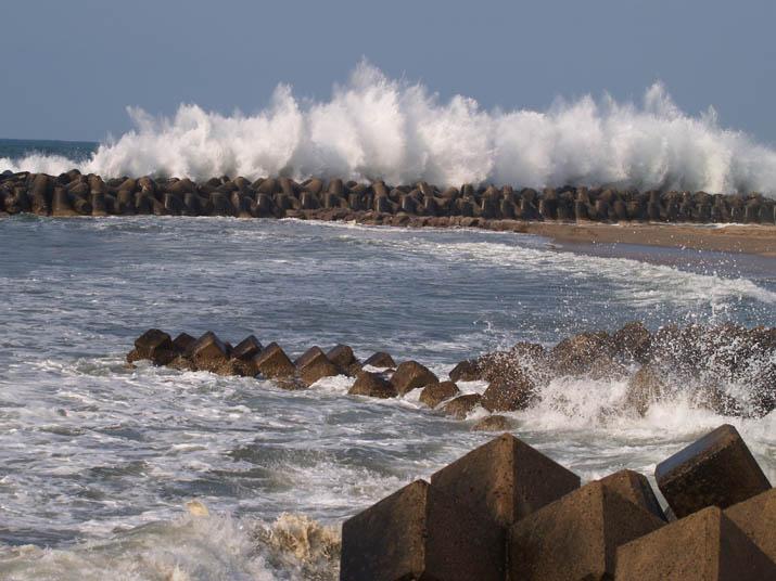 110420 テトラポットへ強い波.jpg