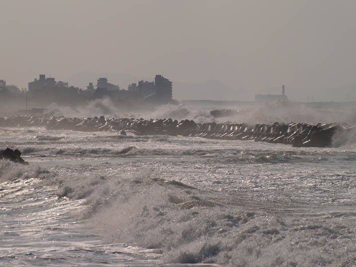110420 海岸の波と皆生.jpg