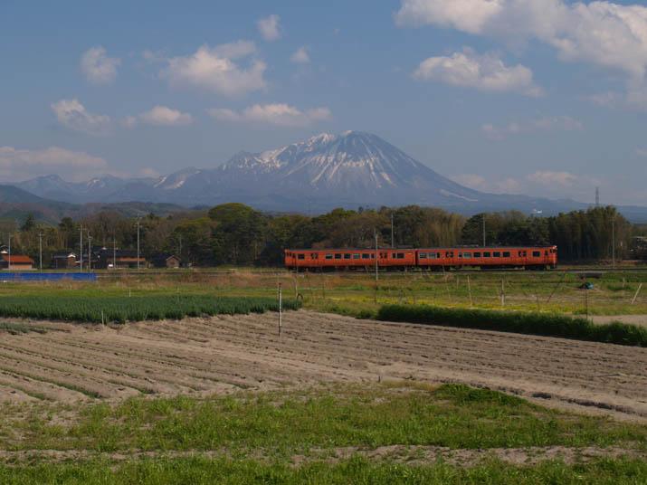 110424 真っ赤な山陰線普通列車と大山.jpg
