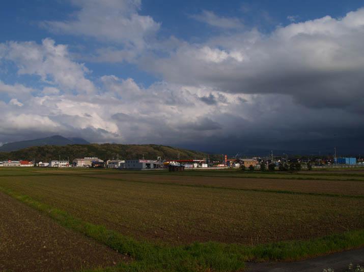 110428 雲に覆われた大山と鮮やかな壺瓶山.jpg