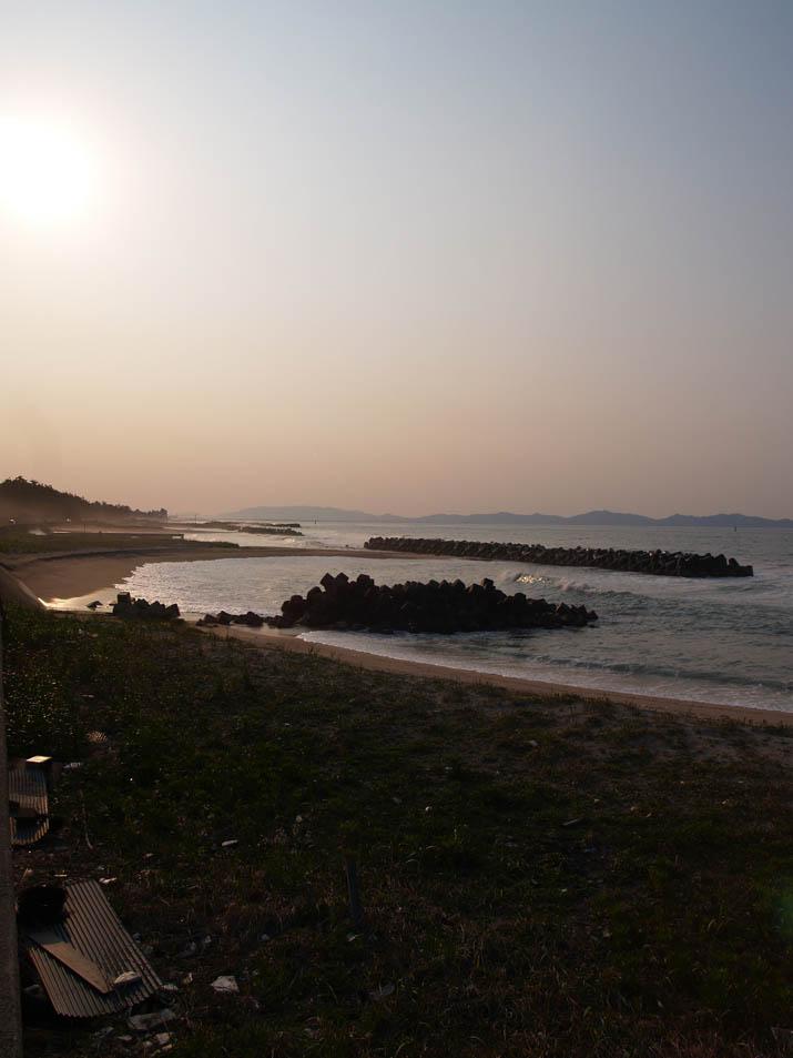110429 湾曲した浜と波よけブロック.jpg