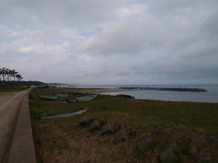 110508 他の自治会も海岸清掃中.jpg