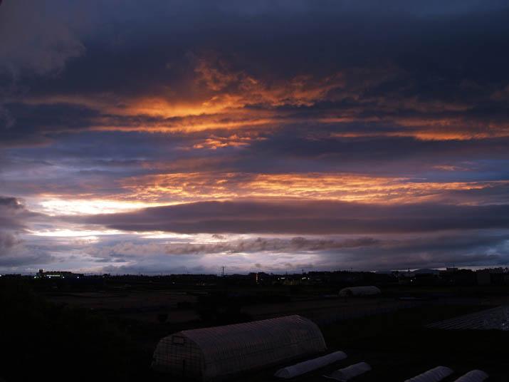 110512 曇りの中の夕焼け.jpg