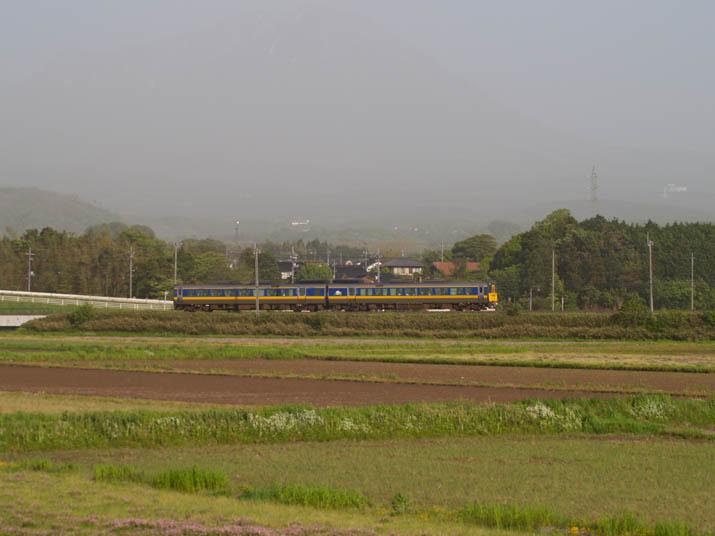110513 隠れた大山と特急列車.jpg