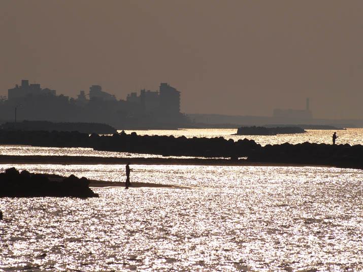 110519 輝く海と釣り人.jpg