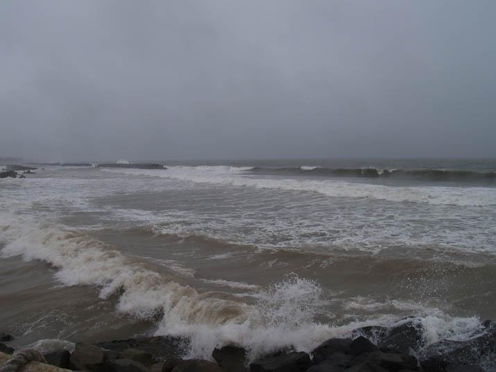110530 美保湾は濁った水と高い波.jpg