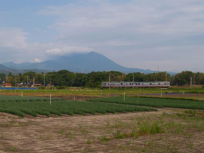 110601 大山と山陰線普通列車.jpg