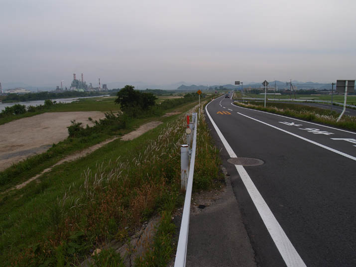 110606 日野川沿いの道.jpg