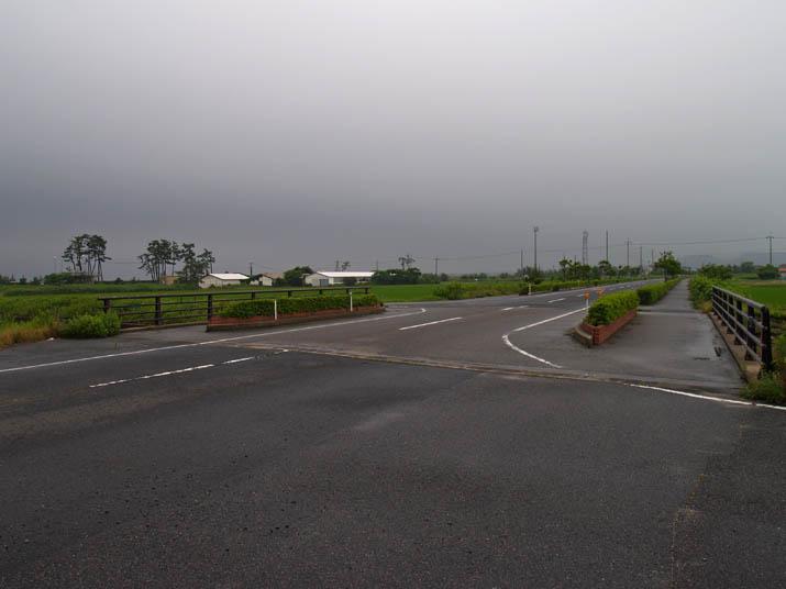 110702 淀江海岸沿いの道と灰色の雲.jpg