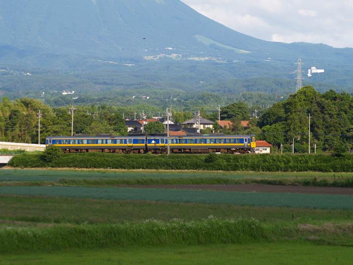 110708 特急列車と大山.jpg