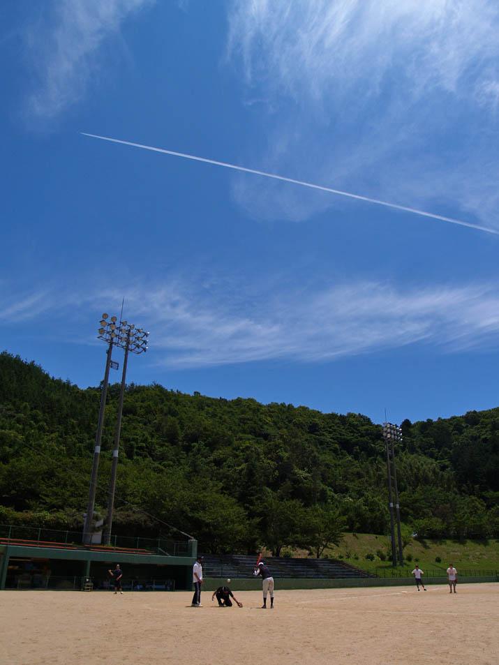 110710 飛行機雲と淀江球場.jpg