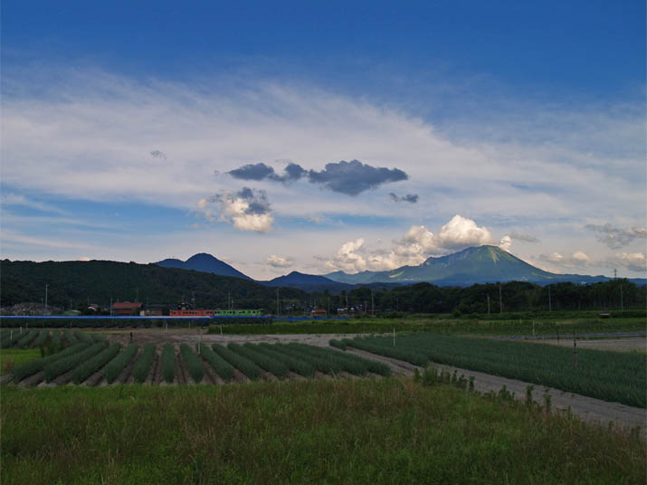 110712 鮮やかな青空と大山.jpg