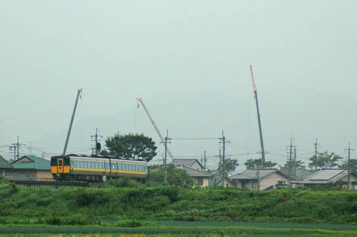 110720 山陰線特急列車とクレーン.jpg