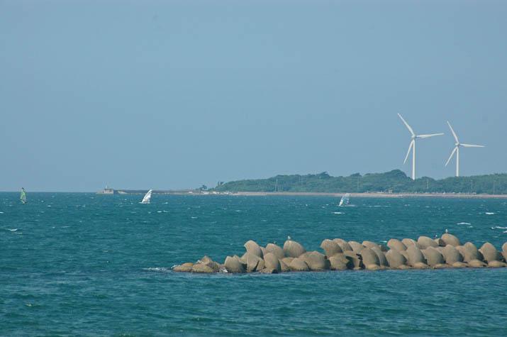 110724 ウインドサーフィンと風車.jpg