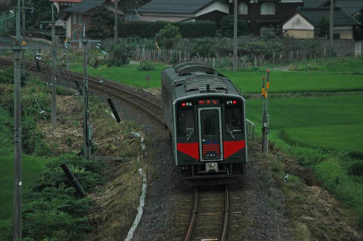 110730 淀江駅へと向かう普通列車.jpg